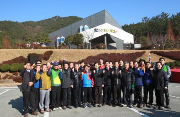 크기변환_1m거류산등반전 엄홍길전시관앞에서 단체사진.jpg