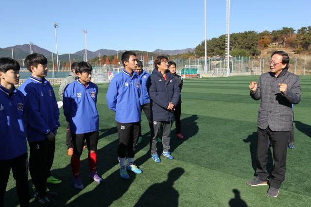 최평호 고성군수, 2016~2017 동계시즌 첫 전지훈련팀 격려 방문 나서 (1).JPG