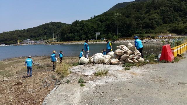 동해면청년회, 해안가 환경정화 활동 펼쳐 (2).jpg
