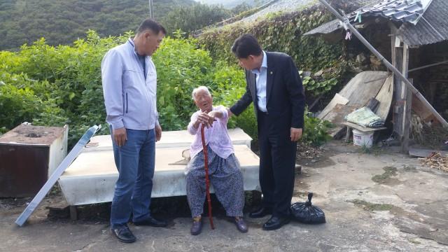 고성군,100세 서삼순 어른신에 장수지팡이전달.jpg