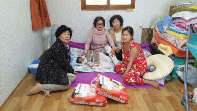 여성단체협의회 다문화가정 출산용품 전달.jpg