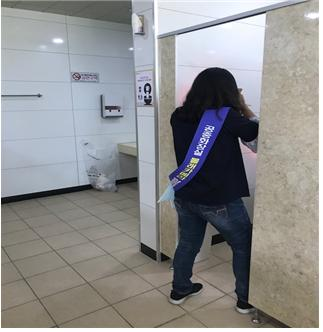 고성군, 공중화장실 몰래카메라 합동 단속 나서(2).jpg