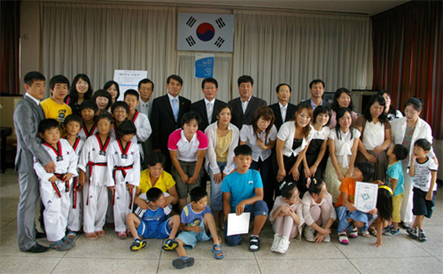20080829_제1기 열린학교졸업식(김미화 초대회장).jpg