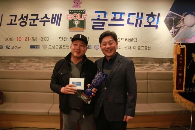 고성읍 이영봉 씨, 고성사랑 상품권 100만원 기탁(좌.이영봉, 우. 백두현군수).JPG