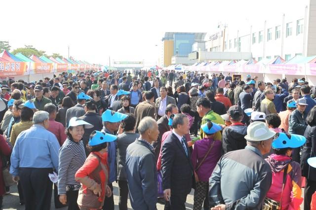 고성군, 농업인의 날 기념 제3회 고성군 농축산물 한마당축제 개최(지난해 사진).jpg