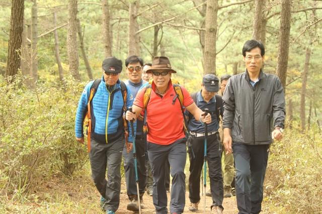 고성군, 엄홍길 대장과 함께 거류산으로 가을산행 가자(지난해 행사사진).jpg