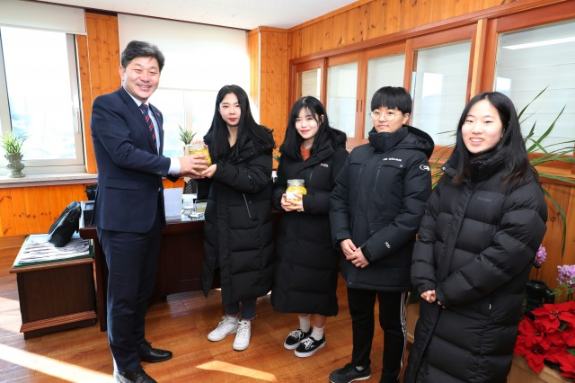 고성군청소년문화의집 청소년봉사동아리 '안다로미' 수제 레몬청 홀로 어르신에 전달.JPG