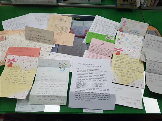 찾아가는 성인문해교실 '고성학당' 수강생들, 사랑의 편지 쓰기.jpg