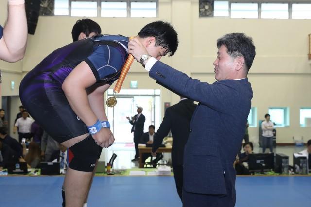 6월17일 전국남녀역도대회 참가자 격려 (백두현군수가 남고 102㎏종목 1위 최동이 학생에게 금메달을 전달하고 있다).JPG