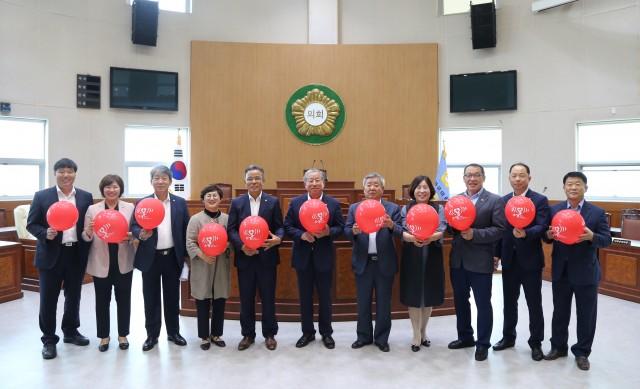 고성군의회, '닥터헬기 소생 캠페인' 동참 (왼쪽에서 여섯번째 박용삼 의장) (1).JPG