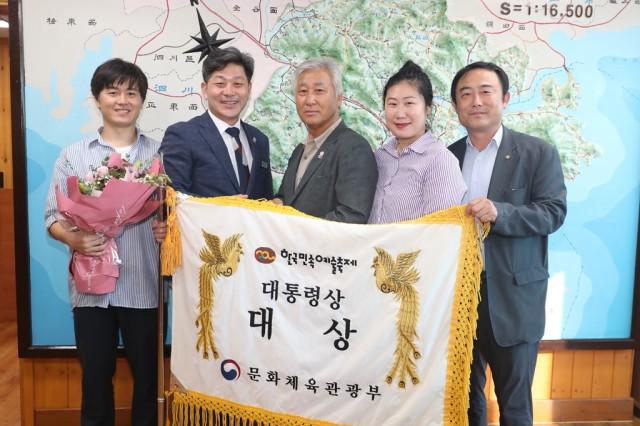 고성오광대, 제60회 한국민속예술축제 '대상' 대통령상 수상(가운데 이윤석 회장).JPG