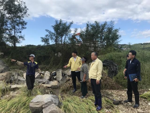 박용삼 의장과 배상길 의회운영위원장이 영오면 오동리 피해현장을 점검하고 있다.jpg