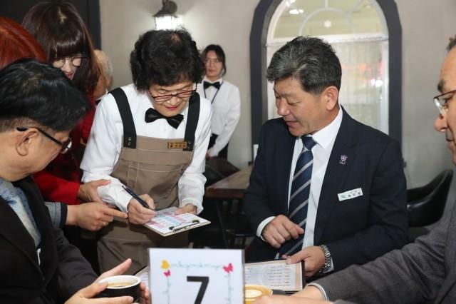고성군, 치매어르신과 함께하는 '희망을 주문하는 카페' (1).JPG