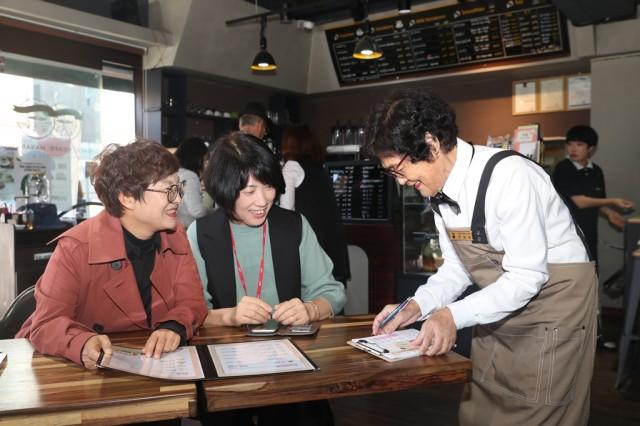 고성군, 치매어르신과 함께하는 '희망을 주문하는 카페' (3).JPG