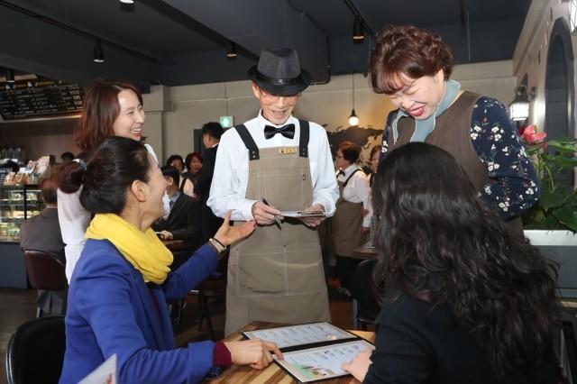 고성군, 치매어르신과 함께하는 '희망을 주문하는 카페' (2).JPG