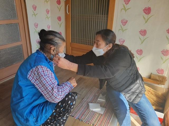 고성군 자원봉사자, 면 마스크 손수 만들어 취약계층에 보급 (2).jpg