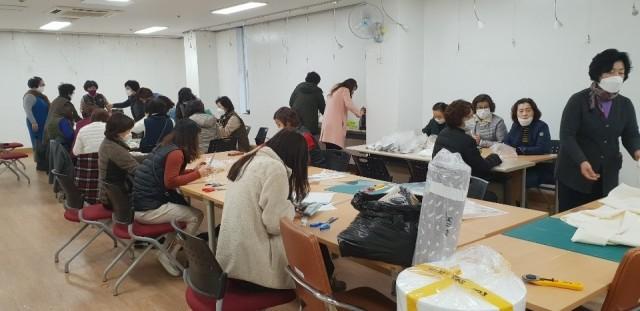 고성군 자원봉사자, 면 마스크 손수 만들어 취약계층에 보급 (3).jpg