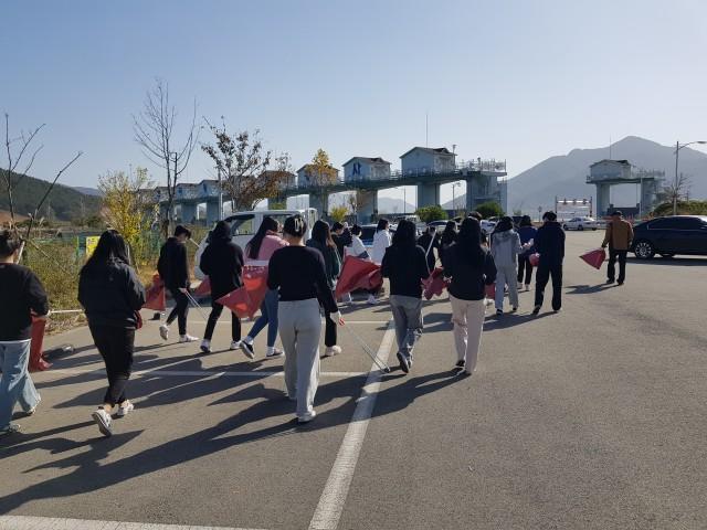 지난 8일 고성고 전교학생회 간부들이 학교인근 마동호 및 마구뜰을 찾아 환경정화활동을 펼치고 있다..jpg