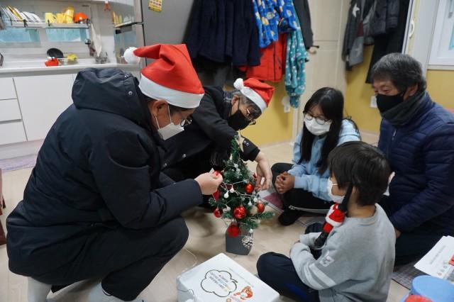 5-1 백산개발(주) 삼광토건(주) 크리스마스 홈파티 꾸러미 전달.JPG