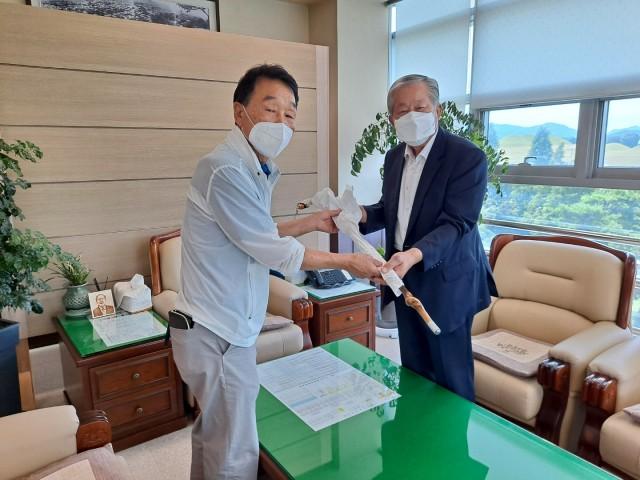 4-1 대한민국 월남참전자회 고성군지회장 고성군의회 의장에게 감사의 지팡이 전달.JPG