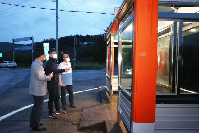1-2 군민 안전을 지키는 버스승강장 태양광 조명 대폭 확대 설치.JPG